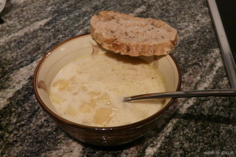 Einfache Kartoffelsuppe mit selbstgemachten Brot