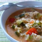 Reissuppe mit Zucchini und Paprika